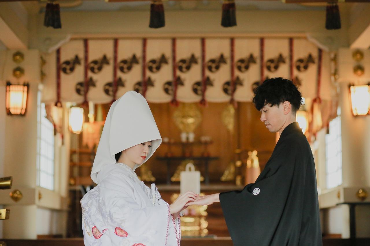 神社での神前式 白無垢に綿帽子