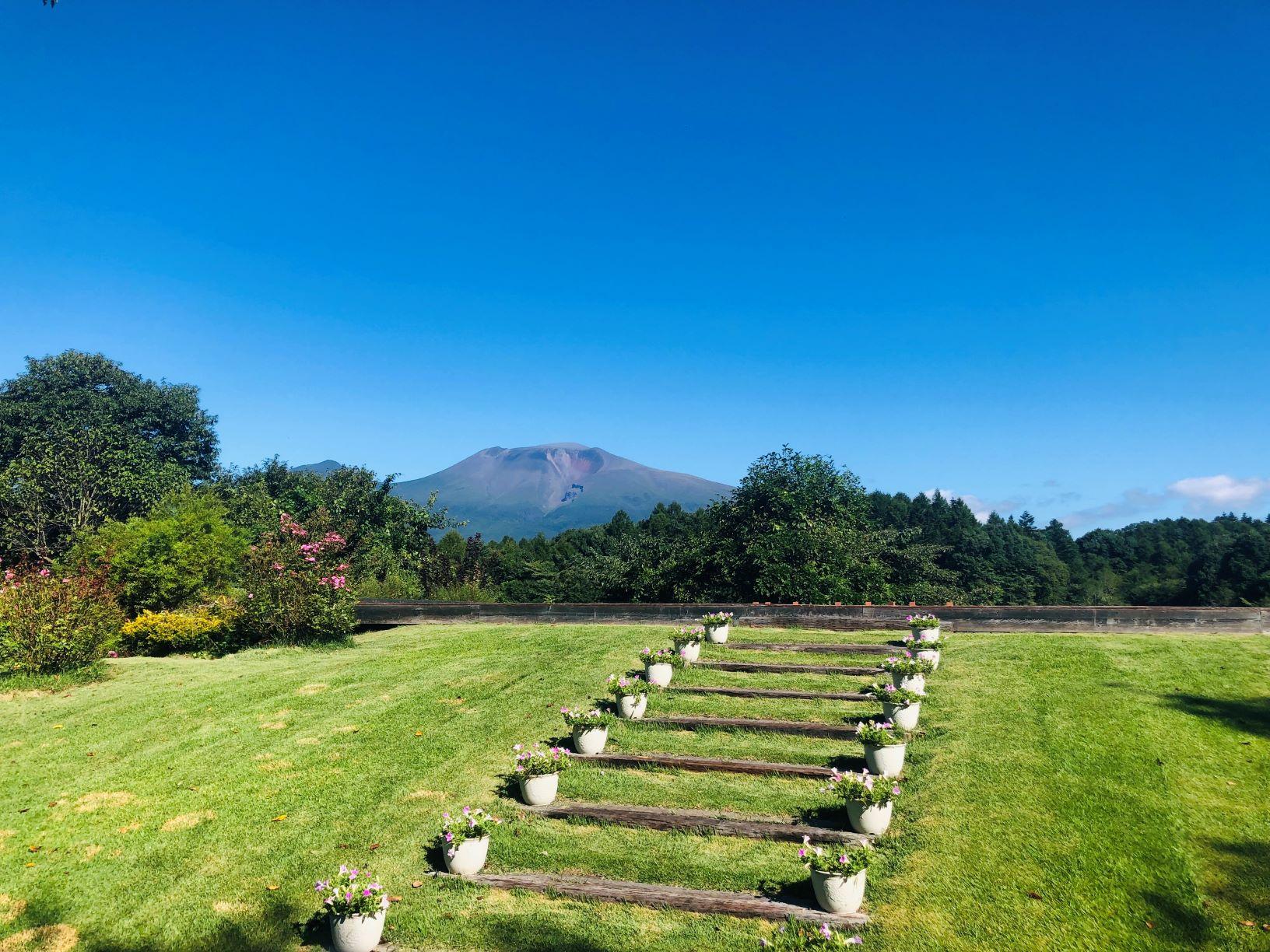 軽井沢で山を眺める結婚式