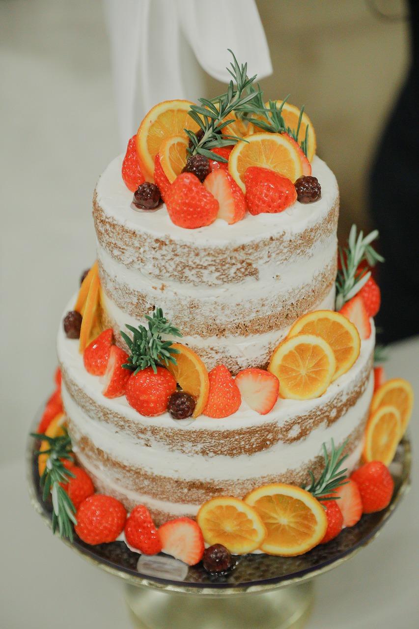 鮮やかなフルーツとネイキッドケーキの組み合わせ