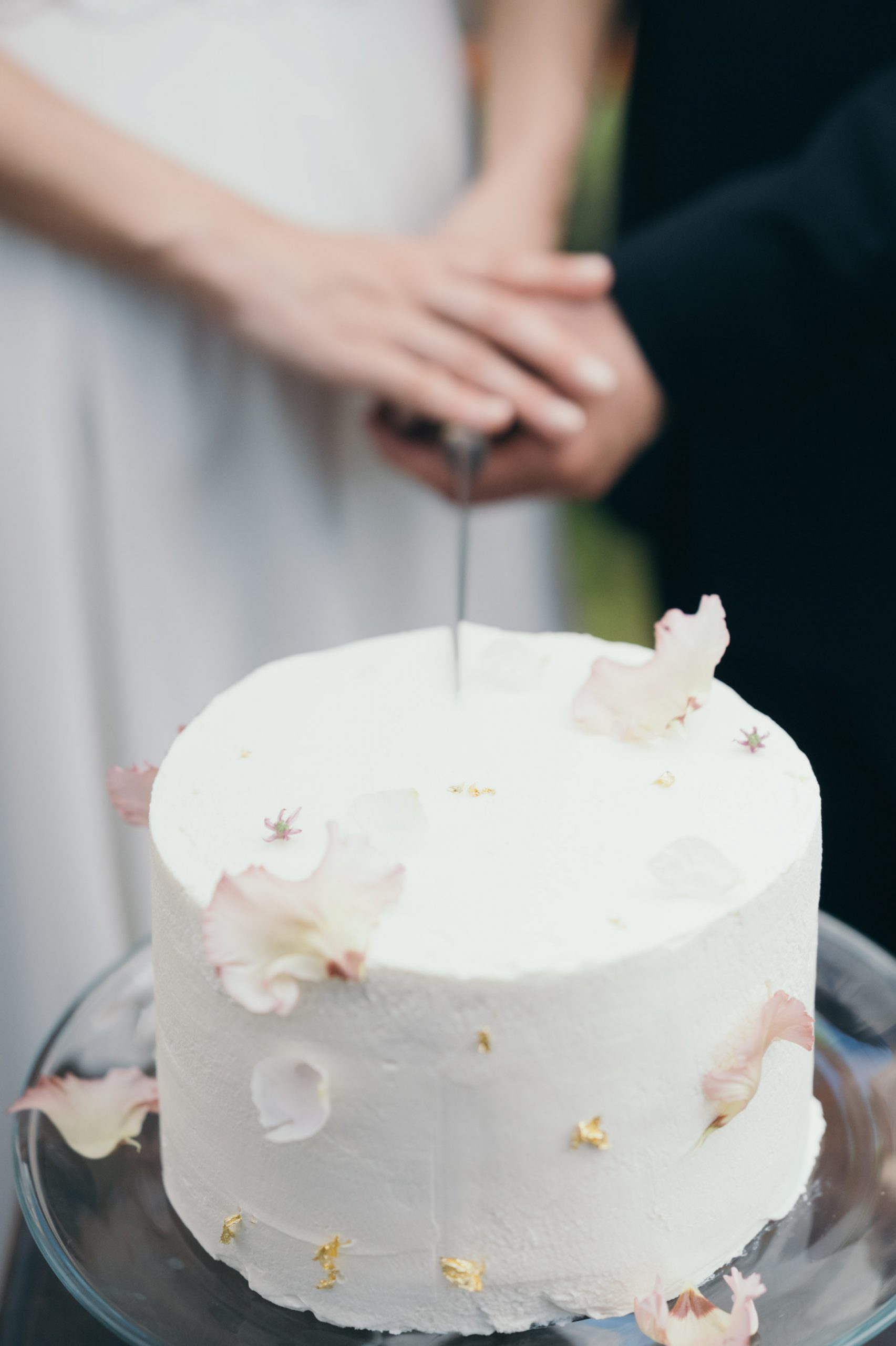 お花に金箔をプラスした柔らかな雰囲気のウェディングケーキ