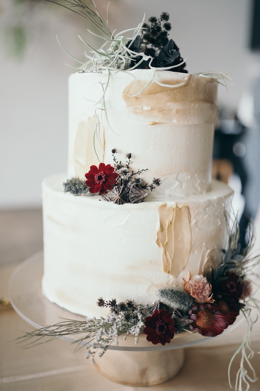 会場装花と雰囲気を合わせたお花をのせたウェディングケーキ